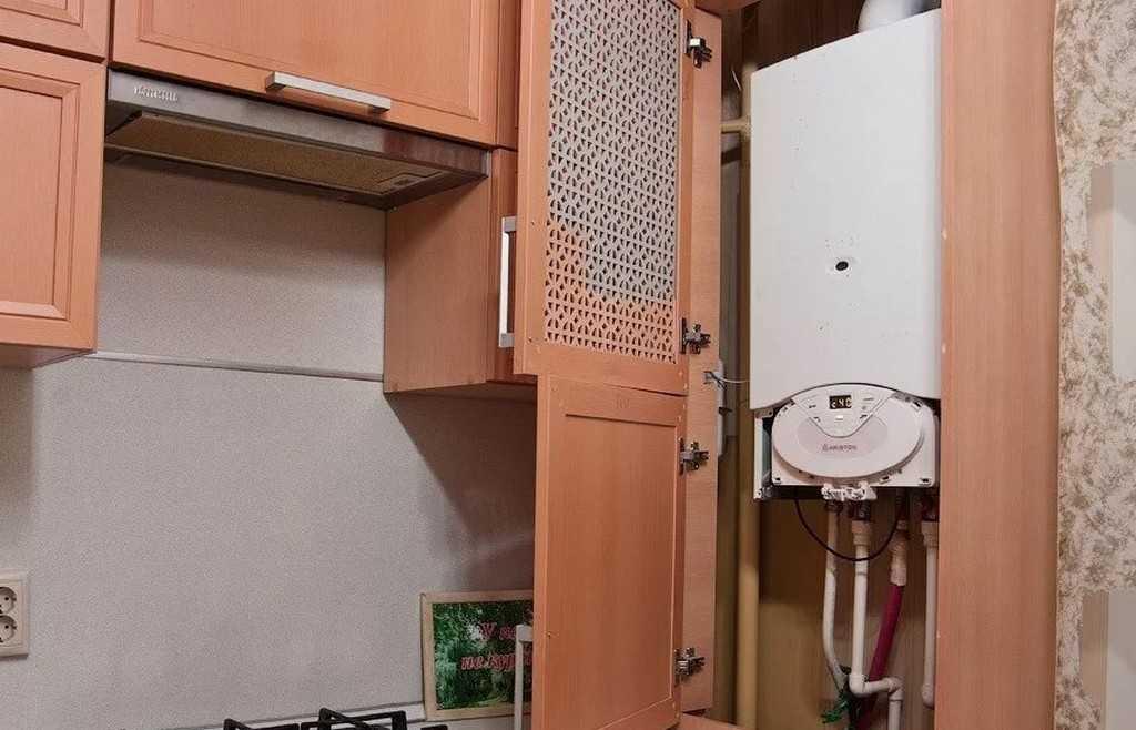 Острый вопрос: как спрятать газовый котел на кухне