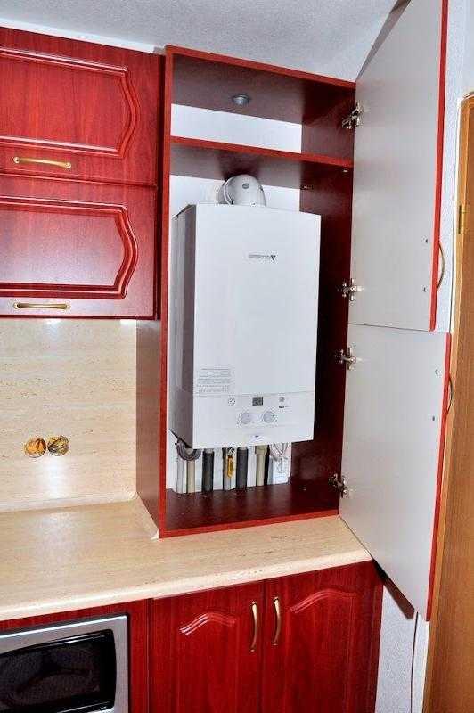 Как спрятать газовый котел на кухне чтобы оборудование не бросалось в глаза но при этом исправно работало Лучшие дизайнерские решения выполненные с учетом функционала газового оборудования Способы маскировки агрегата и подключенных к нему коммуникаций